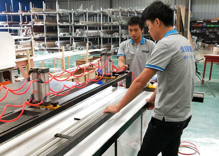 铝之福全铝家具定制生产车间